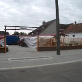 A piactér egy része és a bejárat